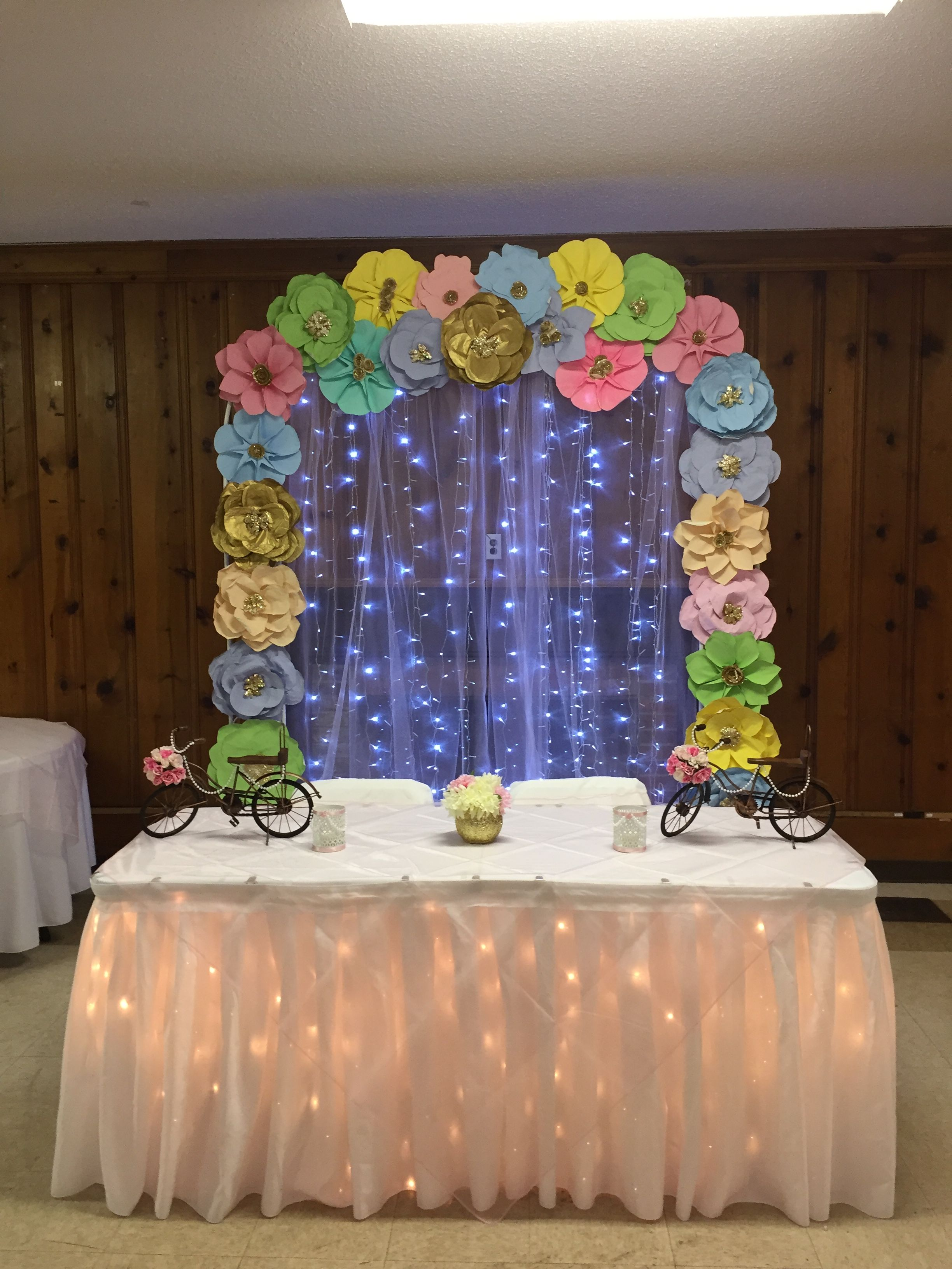 Decoraci n de baby shower con arco de flores de papel - Decoracion con luces ...