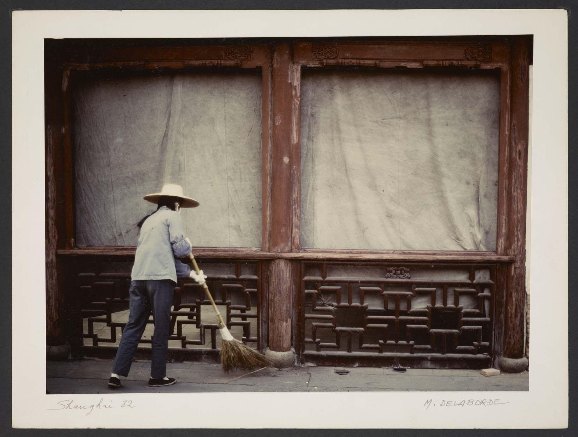 Michel Delaborde, Shanghai, (femme balayant) 1982. © Ministère de la culture (France), Médiathèque de l'architecture et du patrimoine, Diffusion RMN-GP