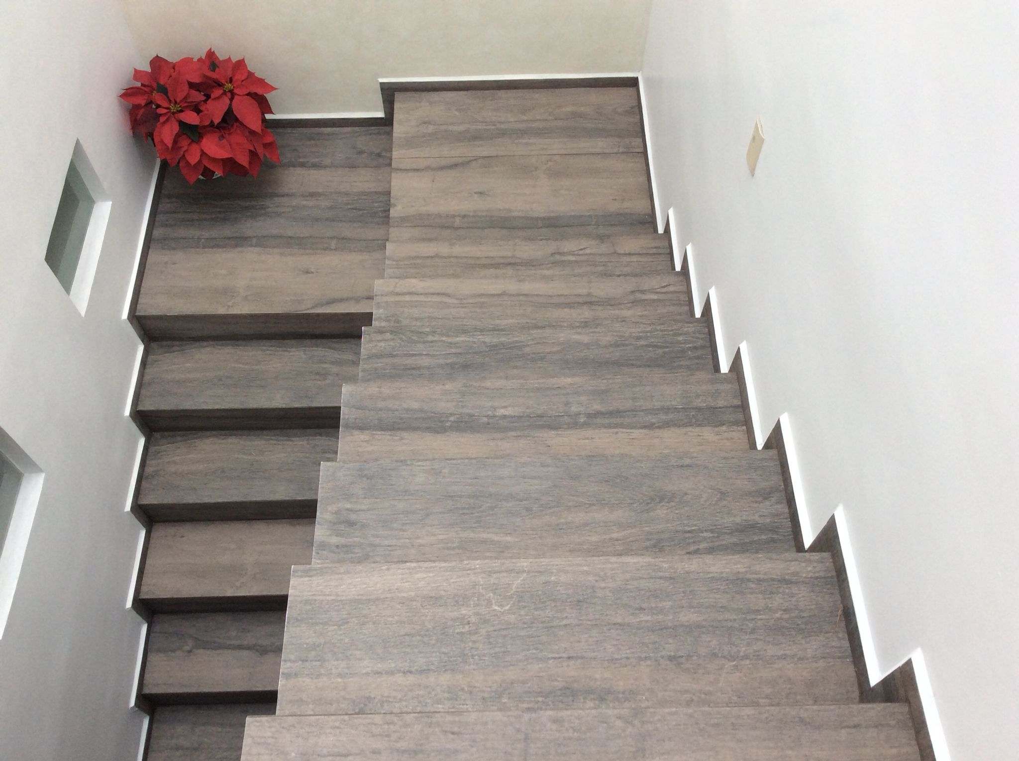 Escaleras porcelanato tipo madera casa lula architecture for De que color para un pasillo con escaleras