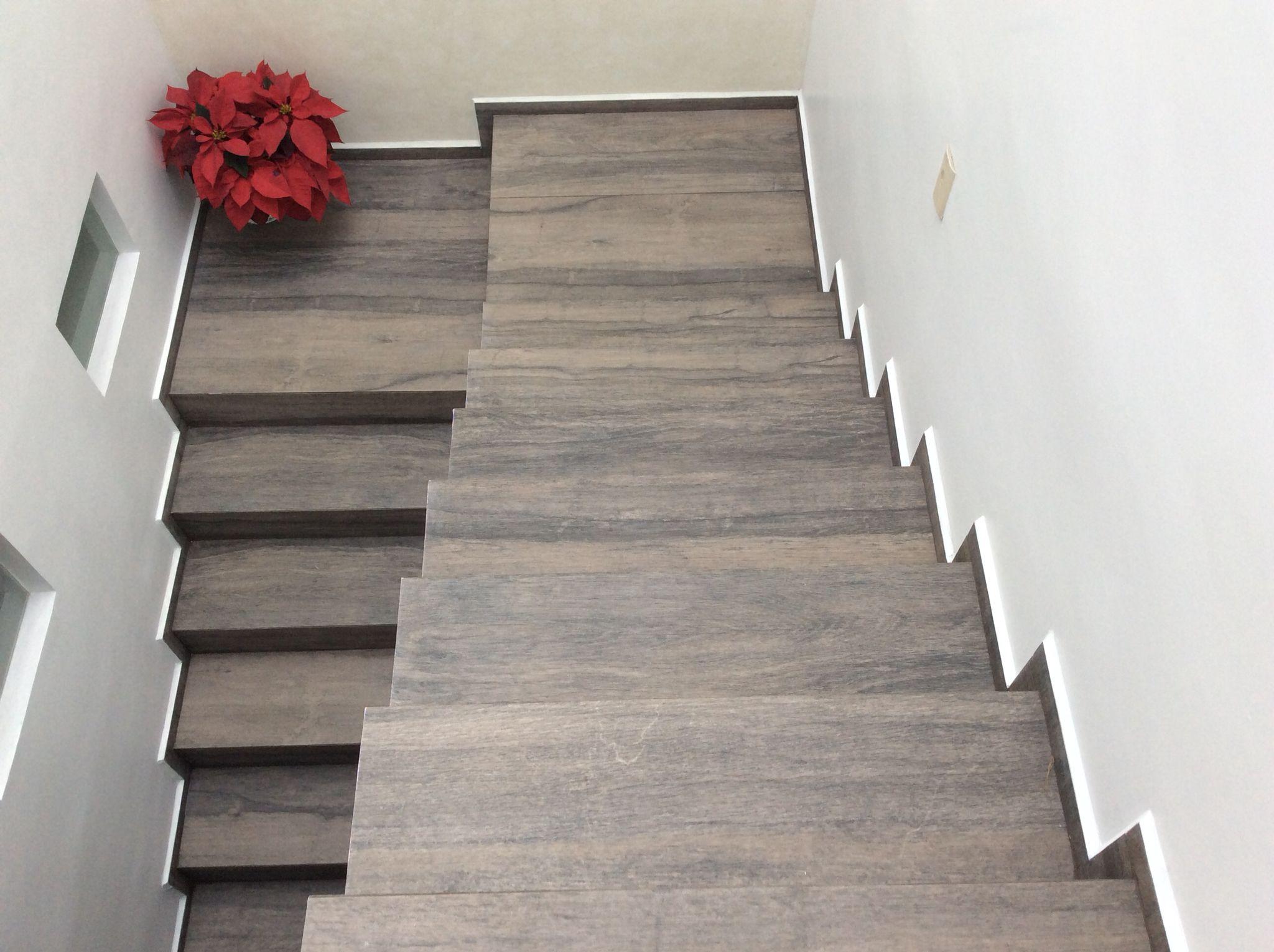 Escaleras porcelanato tipo madera casa lula pisos for Tipos de escaleras para casa
