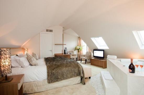 Un Nid D Amour Pour Deux Avec Jacuzzi En Plein Centre De Paris Week End En Amoureux Beaux Hotels Belle Chambre