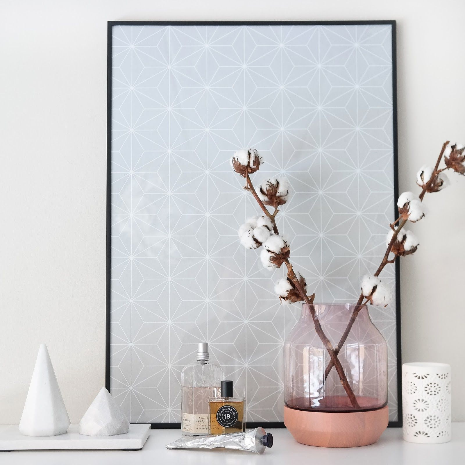 Contribution to the norwegian NIB-utfordring/NIB-challenge. Framed wallpaper from Ikea Bråkig, Vase from Muuto, marble diamonds and feminine details. Photo and styling: Wenche With