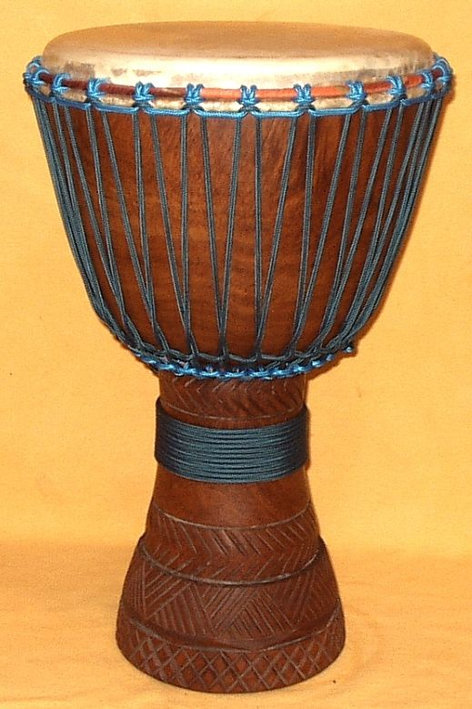 Beschrijving van en informatie over een djembe: een handgespeelde, met touwen gespannen trommel uit West-Afrika met een dun geitenvel erop.