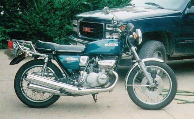 Suzuki 550 de 1978, moteur trois cylindres deux temps, séparé graissage Posiforce, refroidissement à air, système d'air de RAM, puissance 50cv à 6500 tours / minute, boite 5 vitesses, 3 carbu Mikuni de 28, cadre à double berceau, freins disque et tambour, réservoir essence de 15 litres, poids 200 kg.  moto Suzuki, Hamamatsu, Shizuoka, Japon.