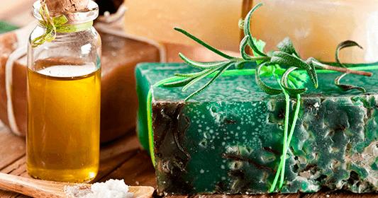 El jabón de té verde y perejil está cargado de antioxidantes y grandes beneficios para nuestra piel . Además de ayudarnos a combatir el e...