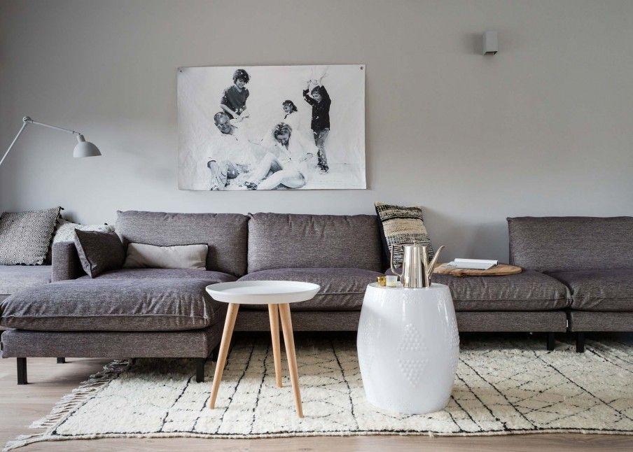 Grijze woonkamer met canvas foto aan de muur bij barbara en remco