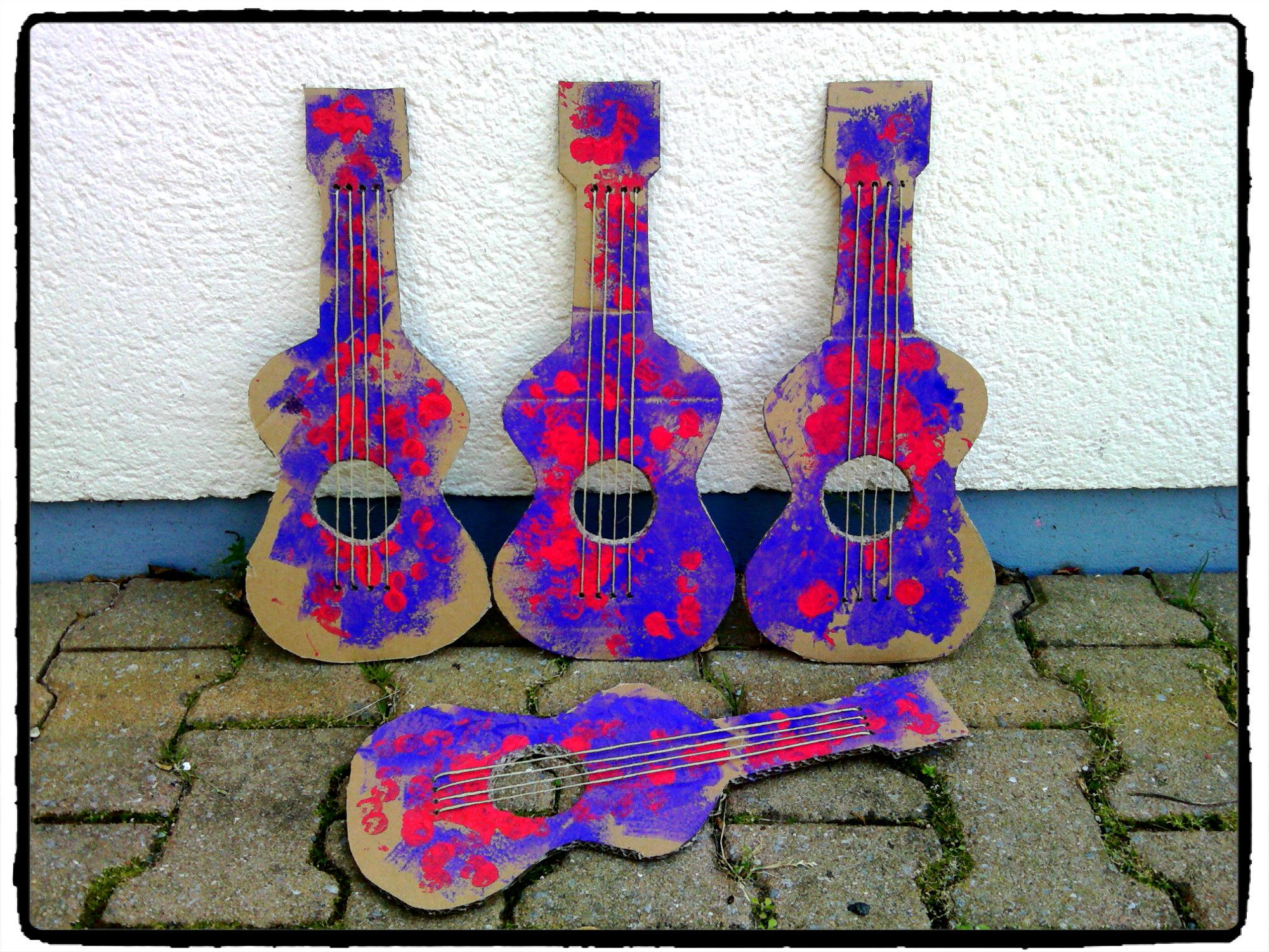 fabriquer sa guitare en carton instrument de musique. Black Bedroom Furniture Sets. Home Design Ideas