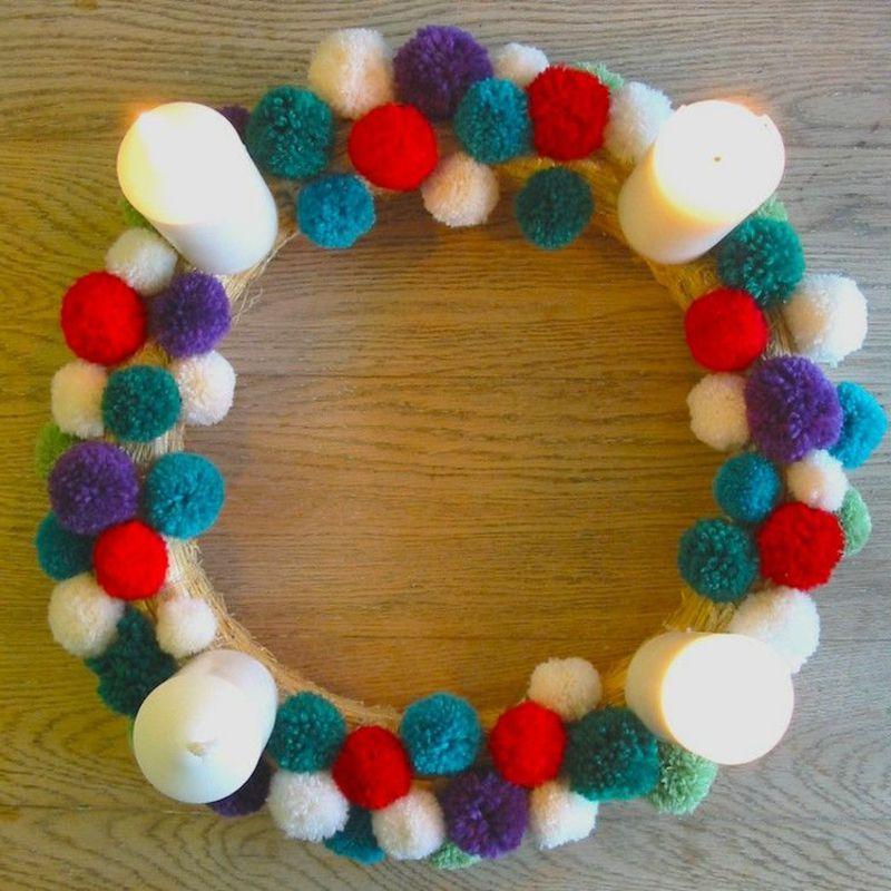 kreative DIY Ideen zu Weihnachten Adventskranz aus Garnkugeln