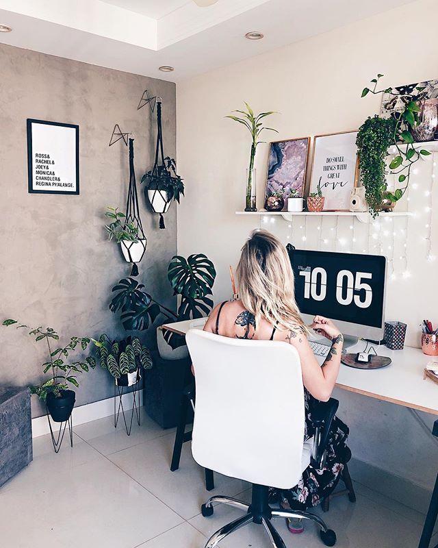 """Photo of Thaisa Dalmut on Instagram: """"Faça do seu Home Office um cantinho gostoso e você nem perceberá que está trabalhando tanto! 😅 Mudei várias coisas na decoração do meu, dá…"""""""