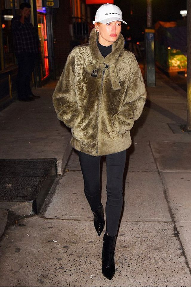 Hailey Baldwin s Trick for Not Drowning in Her So-Cozy Coat  b00c6271f15