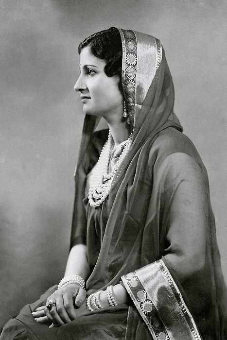 Indian woman, 1920s  | vevtag in 2019 | Vintage india, Indian