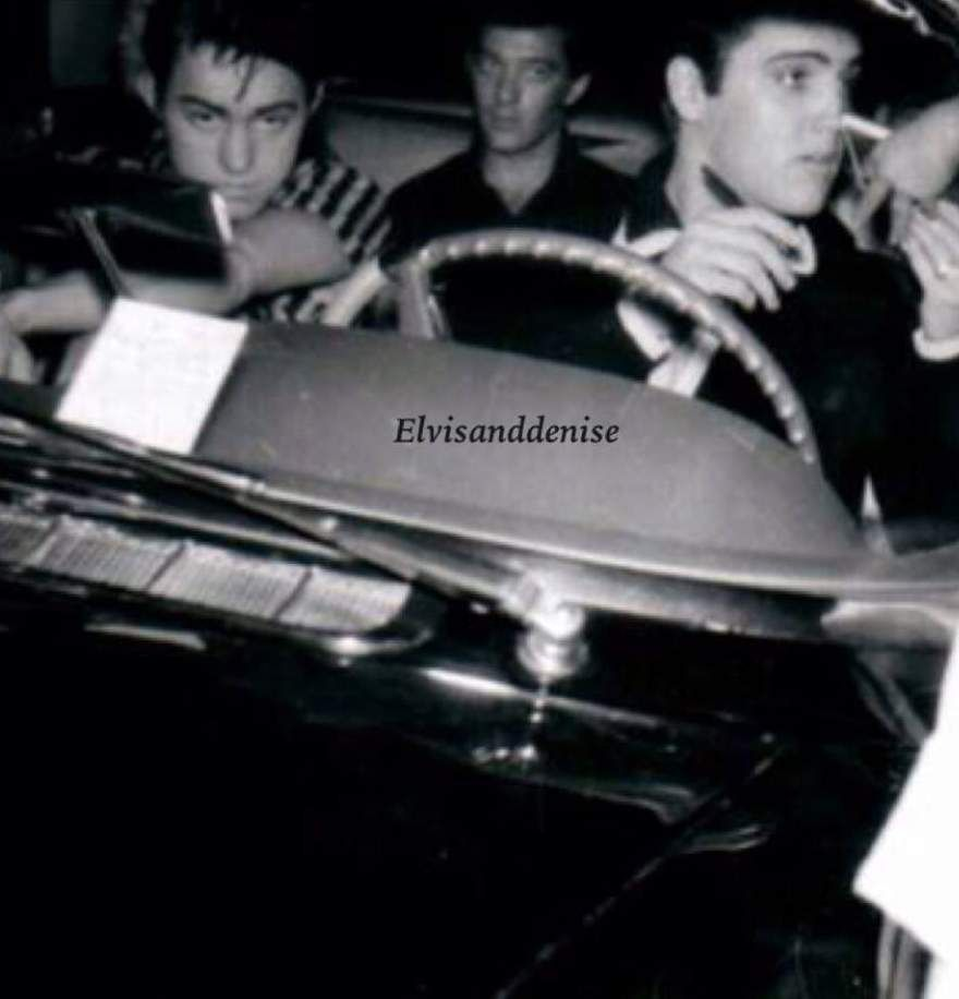 Elvis in his car in march 1958 with friends.