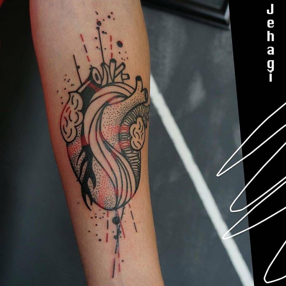 Tatuaje de un corazón anatómico en el interior del antebrazo ...
