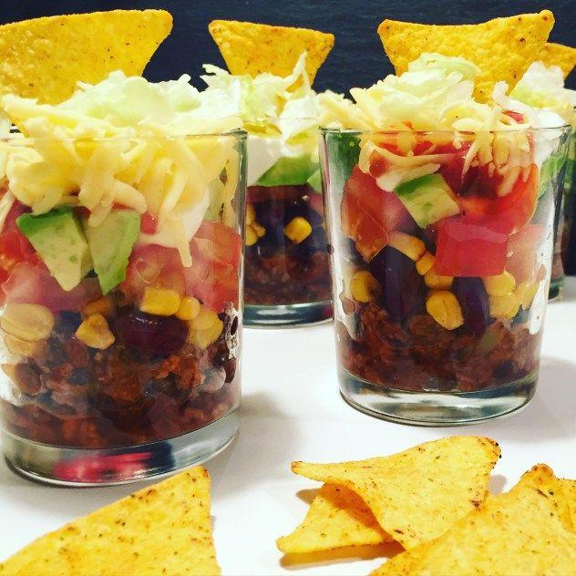 Auf dem Partybuffet glänzt dieser Salat in einer grossen Glasschüssel damit man die einzelnen Zutaten geschichtet sieht.