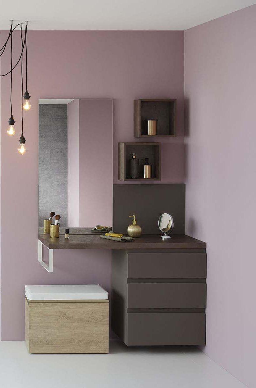 Cr�ez un espace beaut� dans votre salle de bain ou dans votre chambre. les murs roses jouent le contraste avec la commode en taloch� cuivr� et marron glac�. Le + d�co : le tabouret en bois clair qui sert aussi de rangement pour votre trousse de maquillage