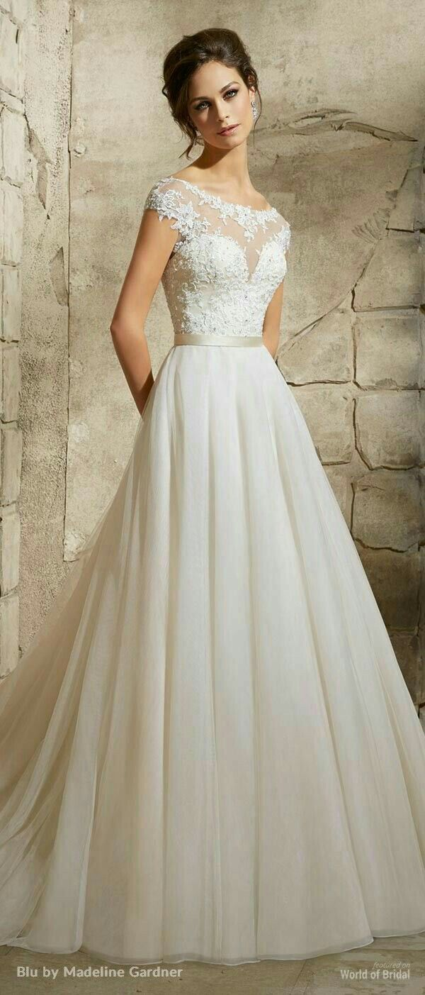 Sarah burton wedding dress  Encaje y transparencia con escote corazón y falda de shifon
