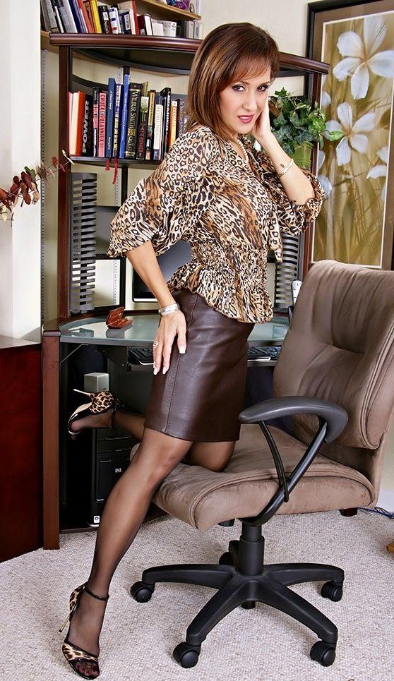 5b48d8cf337 bijzonder mooie vrouw in leren rokje | women in leather - Jurk rok ...