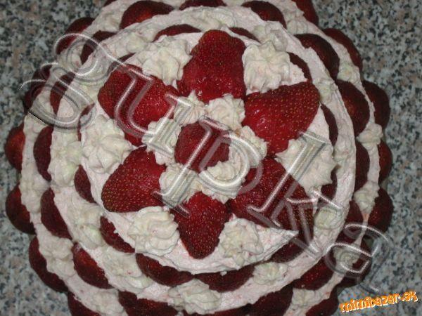 Trojposchodová jahodová torta s najlepším nadstavovaným krémom