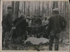 1936 Press Photo Rescue workers remove bodies of 17 dead in