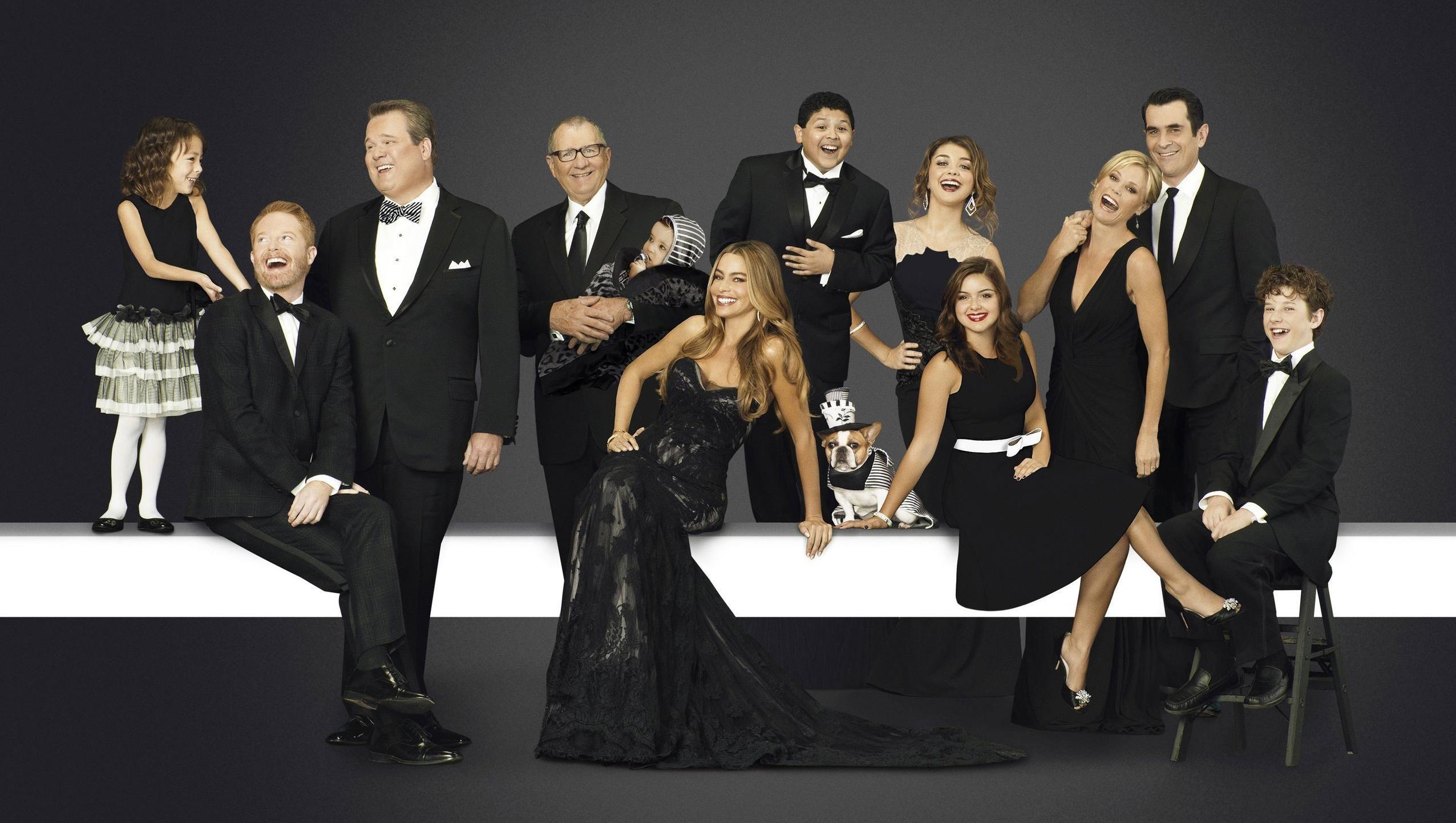 Modern Family Desktop Wallpaper Moviemania In 2020 Modern Family Tv Show Modern Family Season 5 Modern Family
