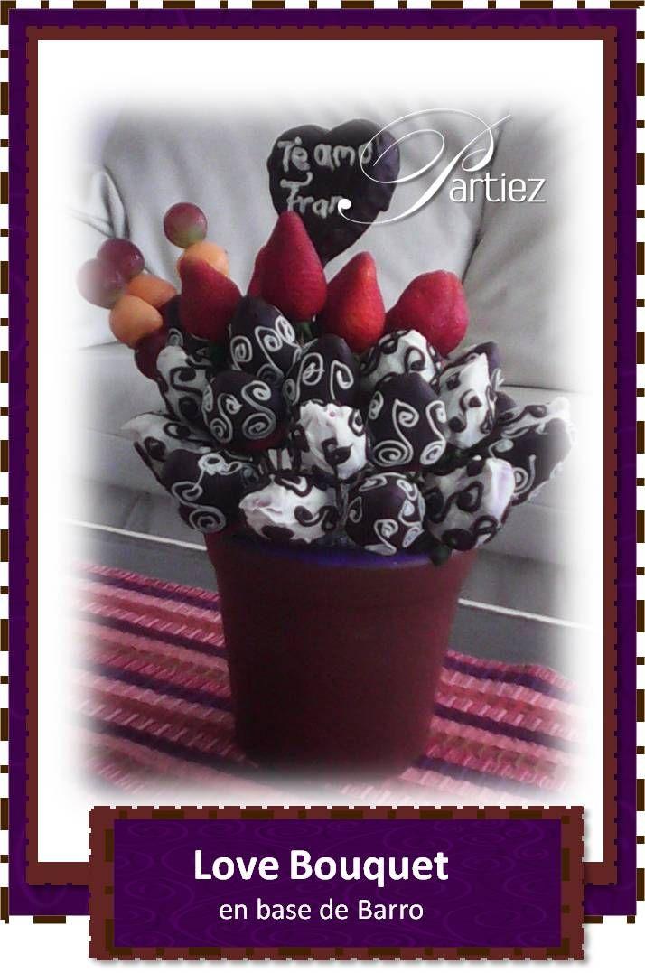 Bouquet de fresas con chocolate blanco y oscuro decorado y corazon de piña golden y chocolate... ideal para decir te amo!