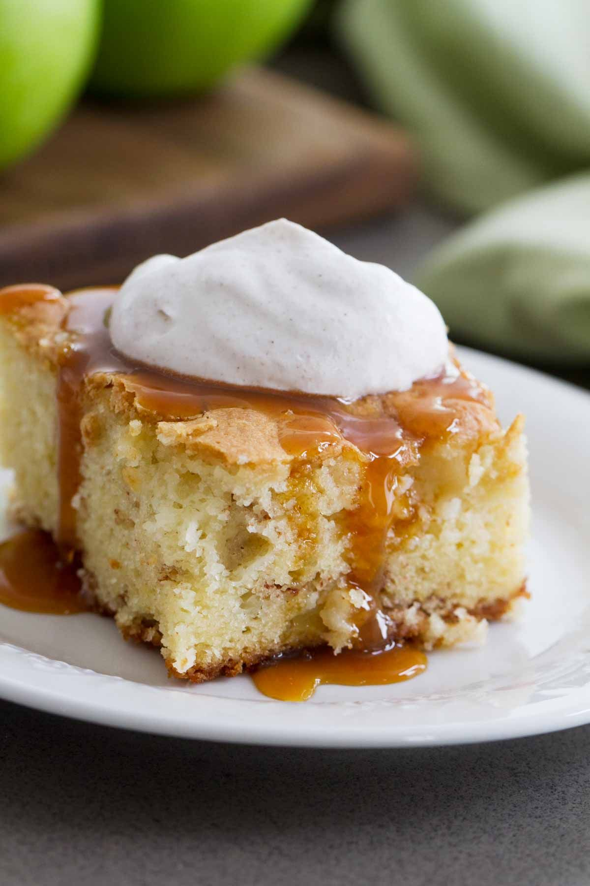 Apple cinnamon cake with cinnamon whipped cream taste