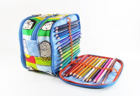 Estojo Escolar organizador com elásticos para 48 lápis, além de espaço para  outras necessidades. Bolso interno com zíper. Tecido 100% algodão Temos  outras ... e0b5f4d516