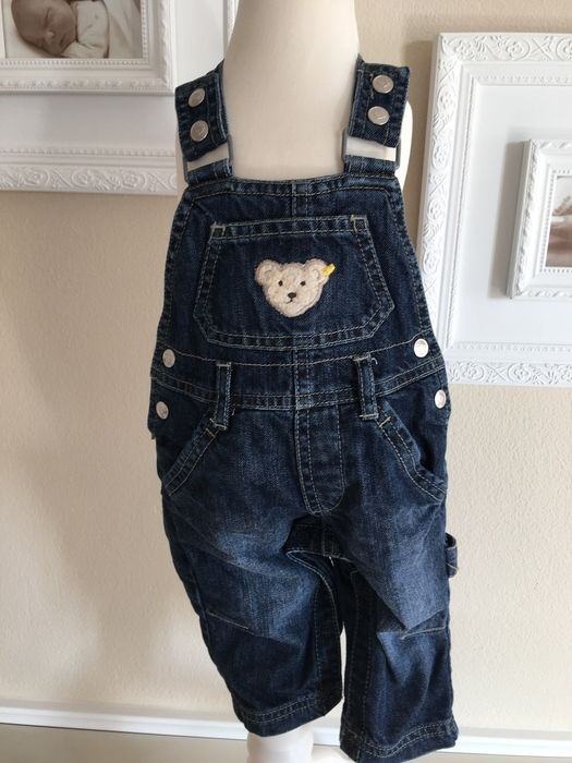 Mein Steiff Baby Jeans Latzhose Unisex Gr.6 Monate / 68 cm von Steiff! Größe 68 für 25,00 €. Schau´s dir an: http://www.mamikreisel.de/kleidung-fur-jungs/latzhosen-jumpsuits-und-romper/35344982-steiff-baby-jeans-latzhose-unisex-gr6-monate-68-cm.