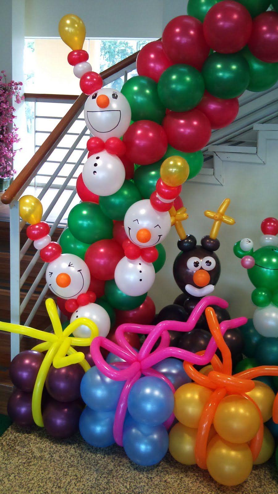 Decoración de escalera de Navidad con globos.