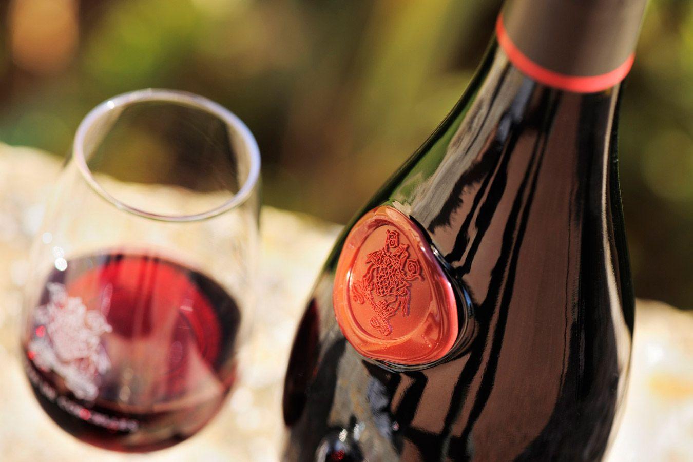 Le Chateau De Corcelles Propose Un Vin Rouge Et Brillant A La Saveur Fruitee Et Aux Bons Aromes Du Terroir Beaujolais Des Parfums De Bo Vin Rouge Vin Rose Vin