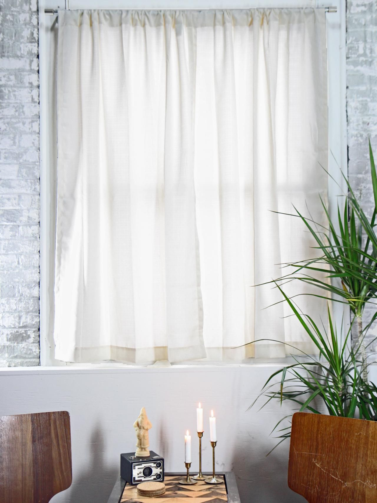 curtain rod on window casing