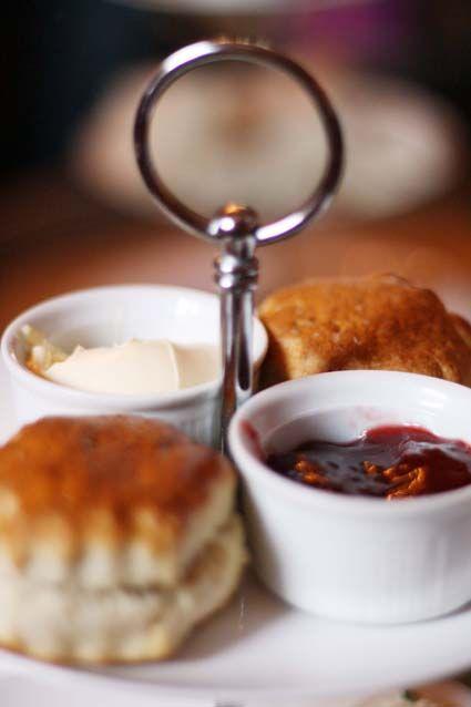 Vous prévoyez un petit passage en Angleterre, et plus particulièrement à Londres ? Pourquoi ne pas vous faire un petit plaisir et découvrir l'Afternoon Tea ? C'est une tradition un peu snob et bien bourrative qui remonte à loin...