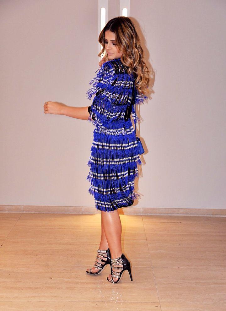 Thassia Naves com blusa e saia Skazi