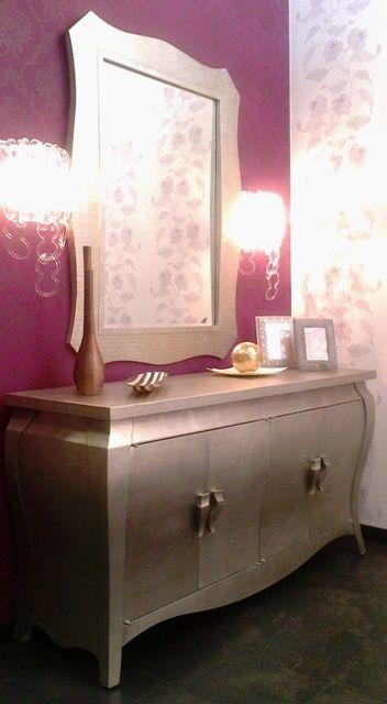 Dise o de recibidor sobre papel pintado de casadeco aparador y espejo en pan de oro y - Muebles pintados en plata ...