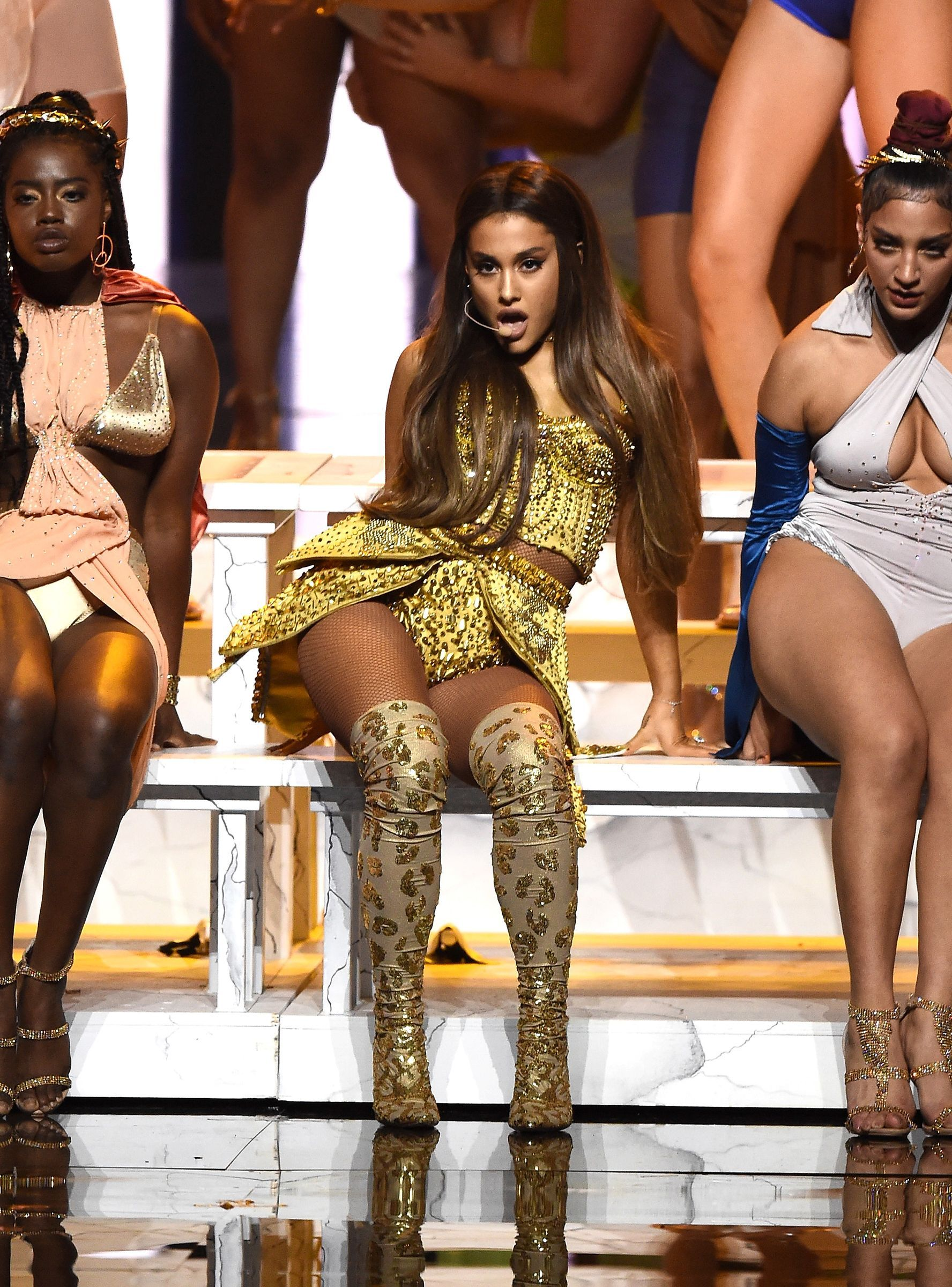 Ariana Grande Completely Recreated The Last Supper At The Vmas 2020