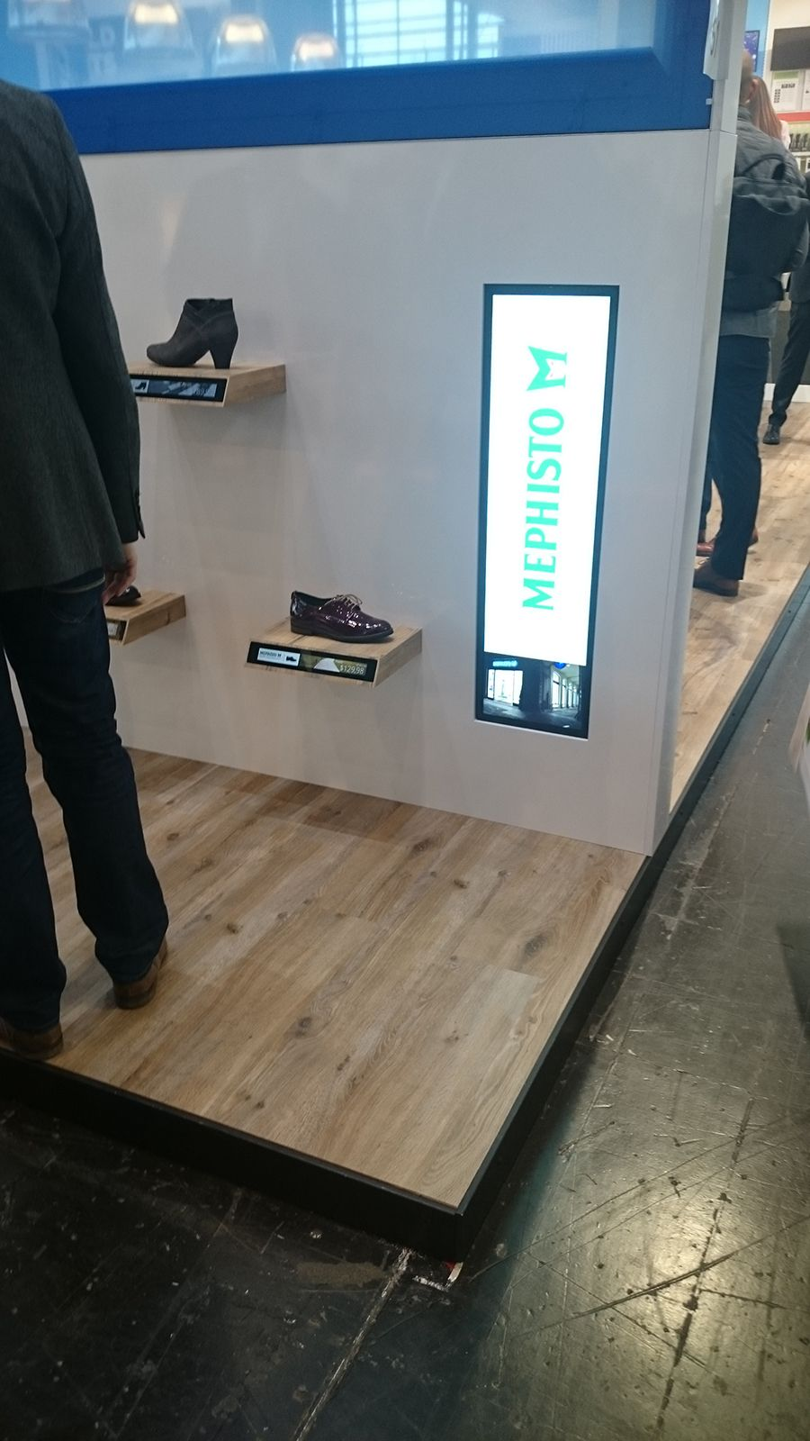Valokehyksiä ja digitaalisia tauluja, joissa verkkokauppanäkymä. Digitaalisia kampanjahintoja hyllyn reunoissa.  euroshop. euroshop 2017. window display. fashion. visual merchandise. shop desing.