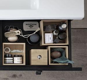 Photo of Baderomsmøbler med både skuff og åpen lagring gir et spennende inntrykk. …