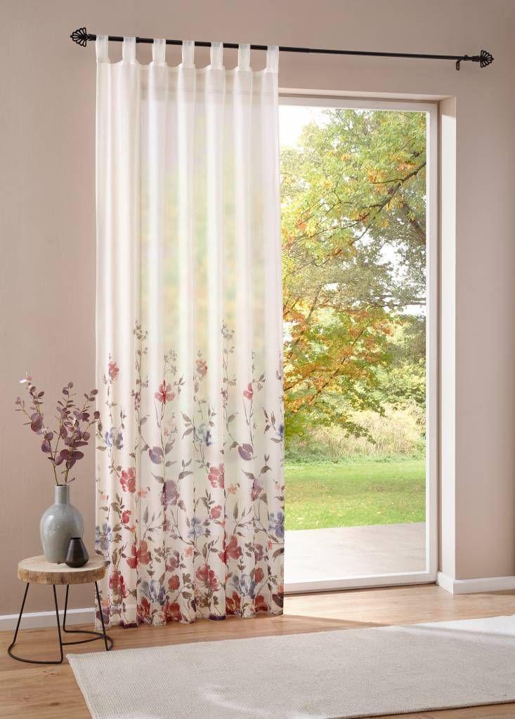 Vorhang aus zart weißem Stoff mit FloralDesign in