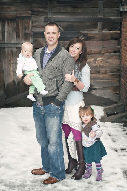 I Love That They Picked A Pallet Of Color And Everybodys Outfit Goes Together But Doesnt Match Ideas For Family Pictures