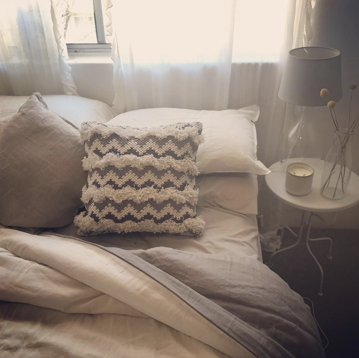 I'm in love with this linen, cushion and dried billy buttons combo, so simple yet so lovely! #bedroomstyling #featurecushion #textiles #billybuttons #bedroom #interiordesign #lovestyling #bedroomstyling #thishumblehome
