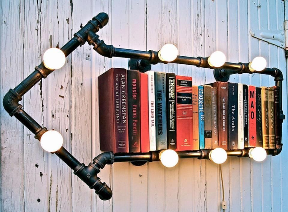 Libreria fai da te con lampadine a forma di freccia