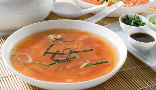 Sopa de Salmón Noruego fresco y jengibre.  Todos los aromas de las sopas asiáticas dan un gran sabor al Salmón Noruego.