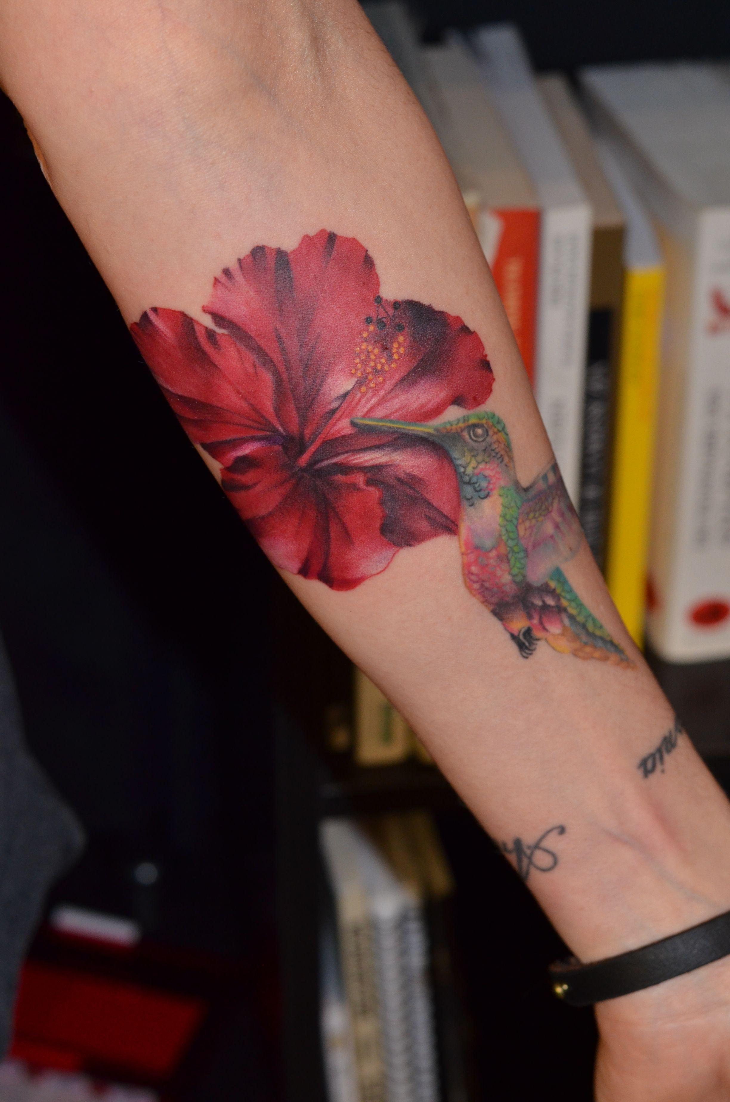 Tatouage Femme En Couleurs Fleur Hibiscus Rouge Plus Colibri Sur