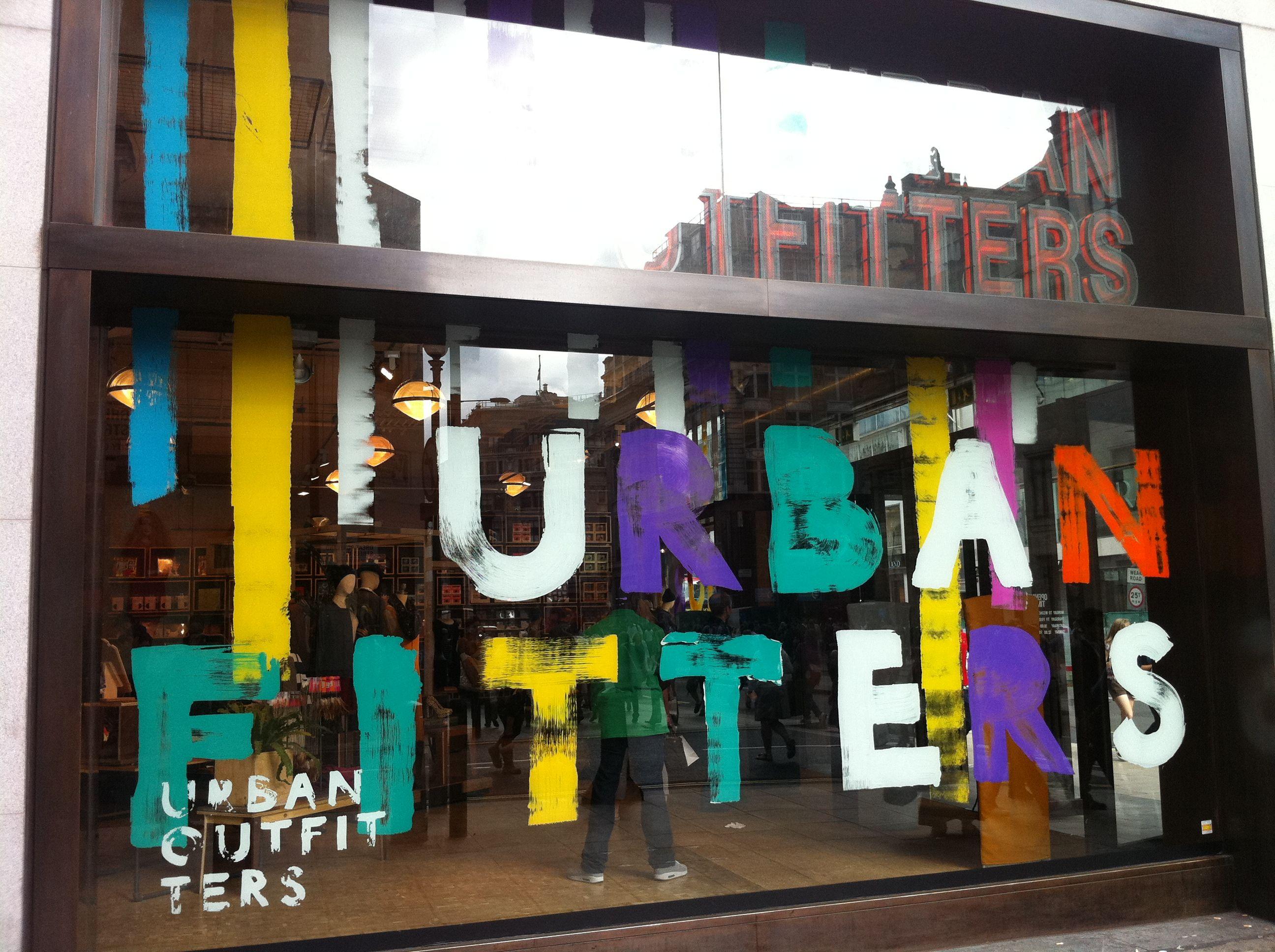 Urban Outfitters Oxford St 벽화 디스플레이 디스플레이 디자인