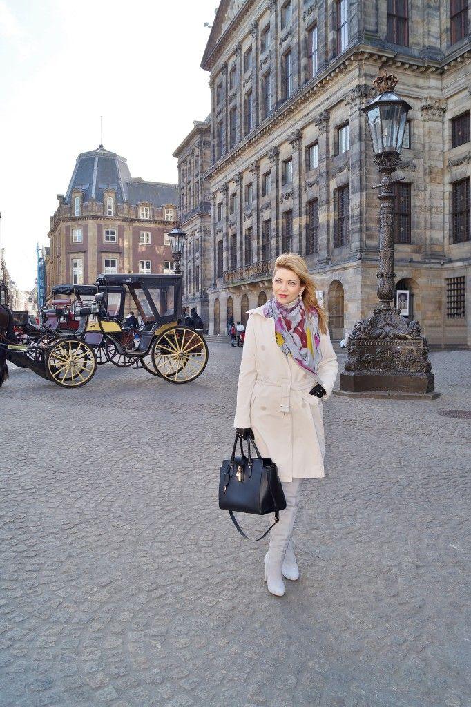 In Overknees und Trenchcoat durch Amsterdam