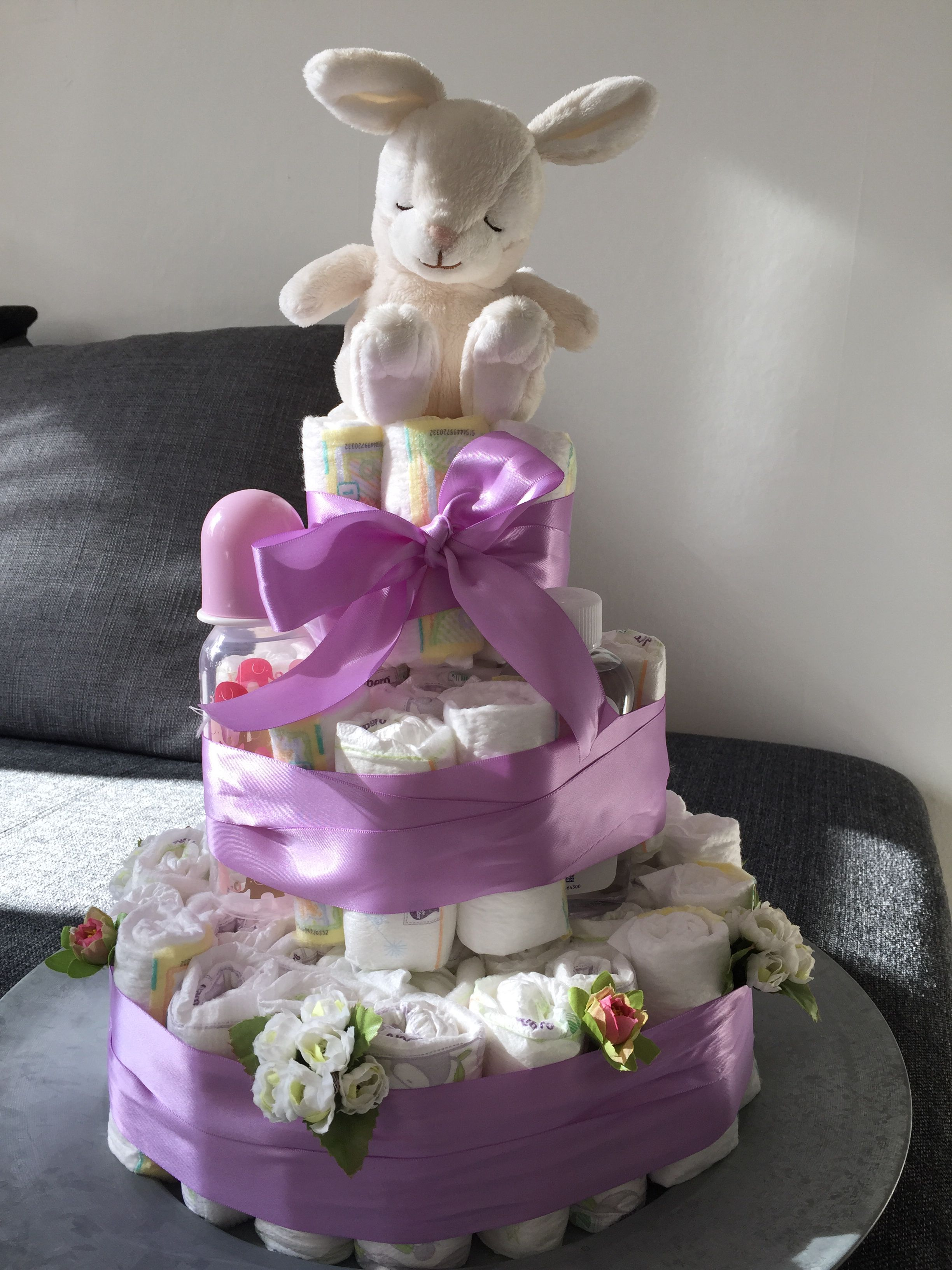 Baby shower på söndag så då slängde jag ihop denna tårtan