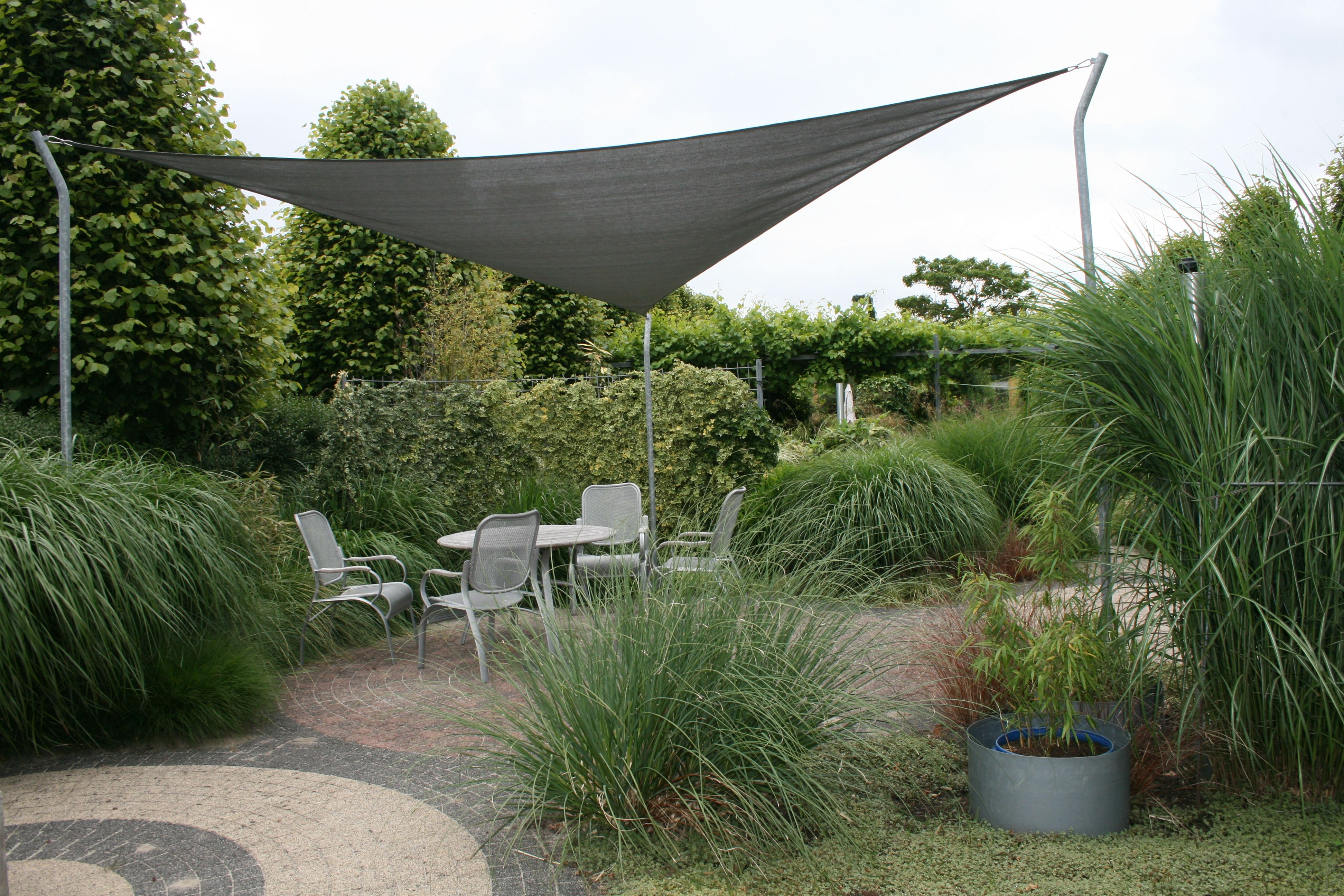Garten bepflanzung gr sergarten sitzplatz unterm sonnensegel gartenreise holland for Gartenbepflanzung modern