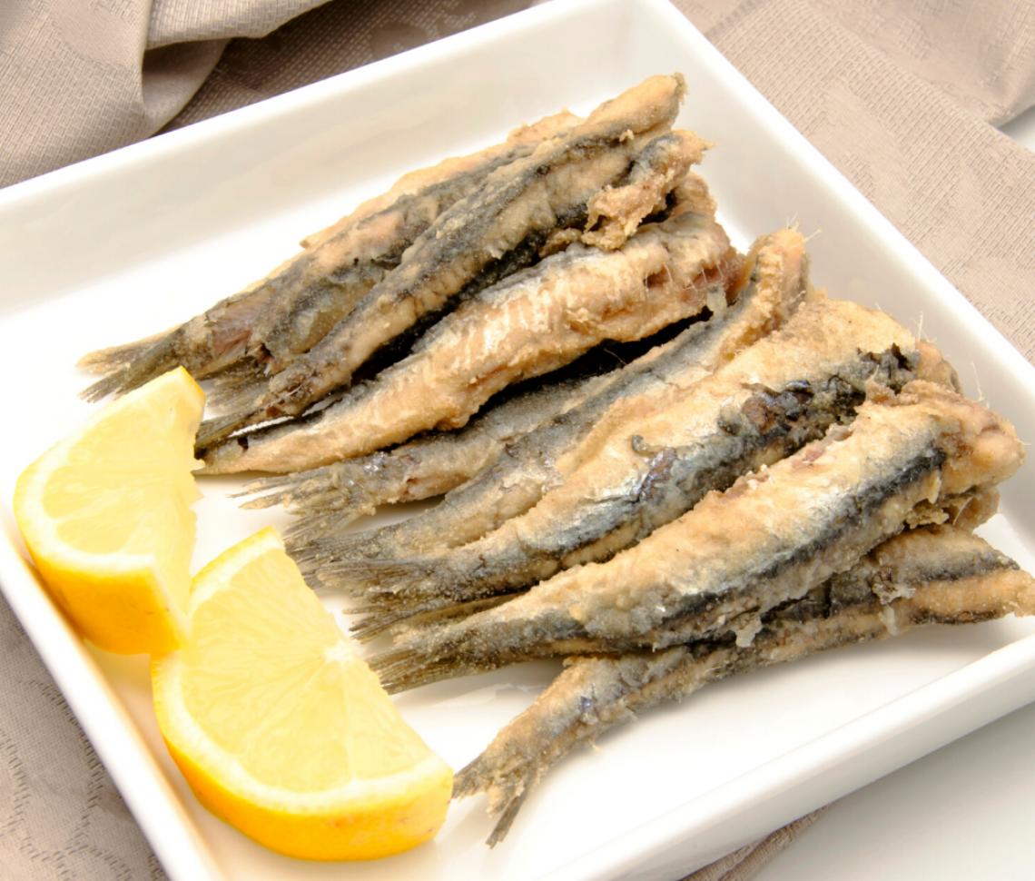 Gastronomía Andaluza Los Platos Más Típicos De Andalucía Gastronomía Española Boquerones Fritos Atún A La Plancha