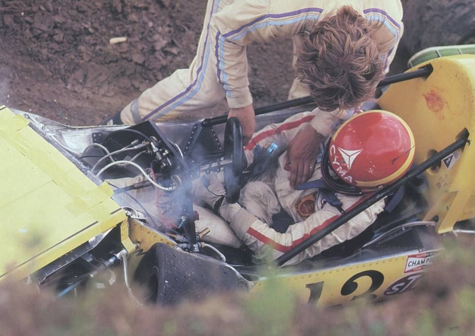 Gilles trapped in the car. The blow he twisted the chassis of his march, severely fracturing his left leg, the first serious wound since he had begun his competitive career of pilot.