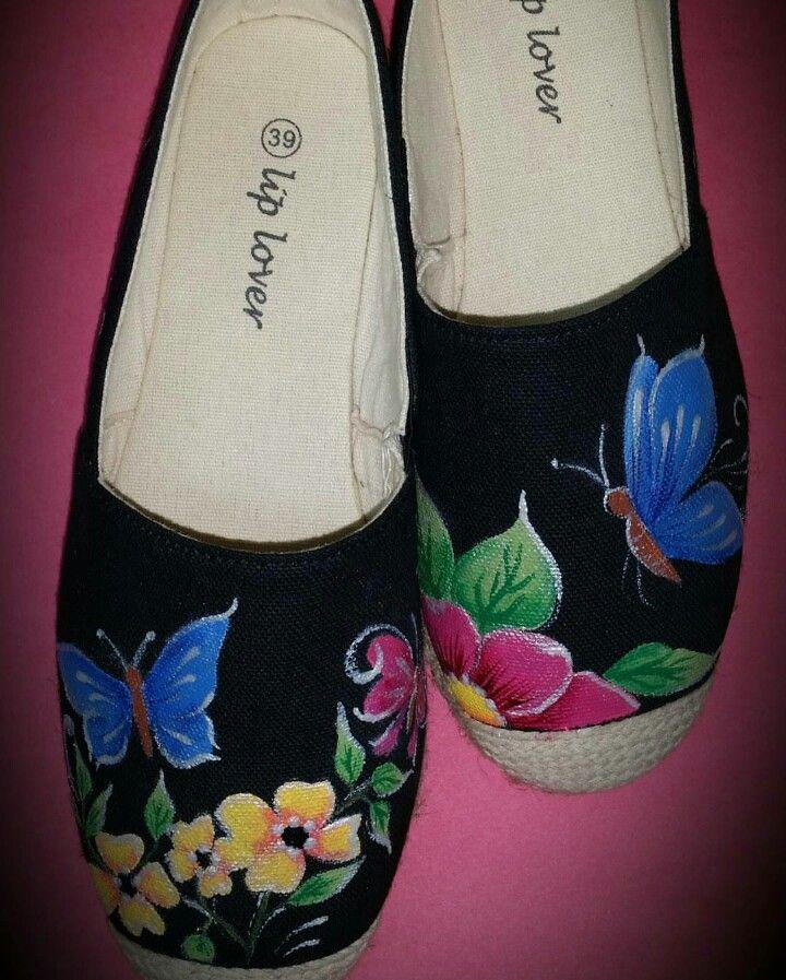 Alpargatas pintadas a mano con flores y mariposas por Athalia
